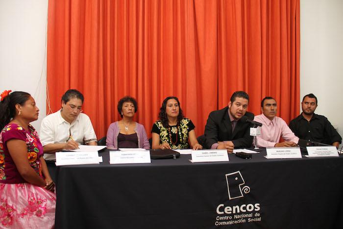 Habitantes de la comunidad zapoteca de Juchitán de Zaragoza, Oaxaca, y sus defensores en conferencia de prensa hoy en la Ciudad de México. Foto: Luis Barrón, SinEmbargo