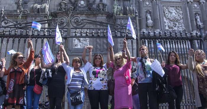 Activistas afuera de la Catedral Metropolitana. Foto: Cuartoscuro