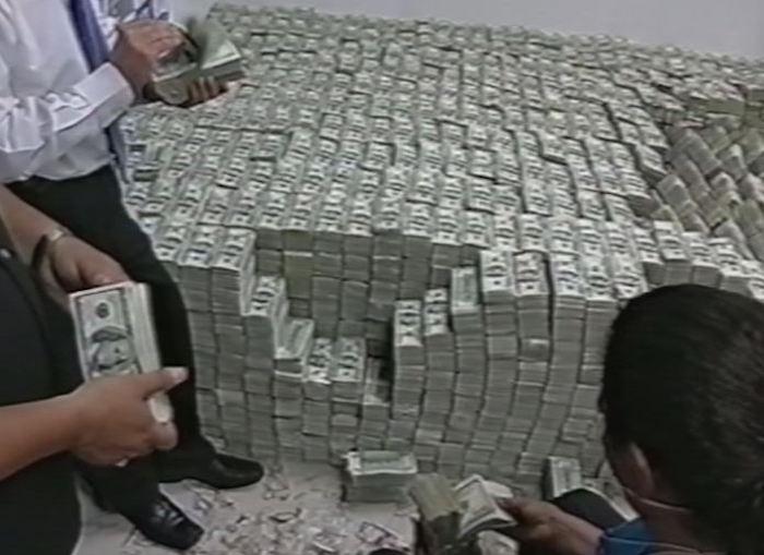 El dinero en efectivo hallado en la mansión de Ye Gon en marzo de 2007. Foto: Especial.