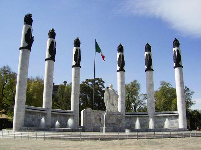 El monumento a los niños héroes fue construido bajo el gobierno de Miguel Alemán y aloja los supuestos restos de los niños héroes.