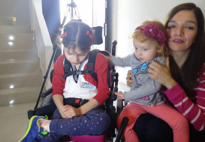 Grace a lado de su madre y hermana. Foto: Vanguardia