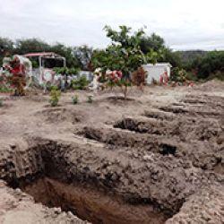 En la Tierra Caliente, los padres entierran a sus hijos. Fosas abiertas en el panteón de Apatzingán