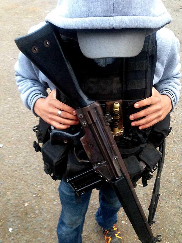 El Huacano utiliza un G-3 de Heckler and Koch, pero su arma favorita es el AK-47