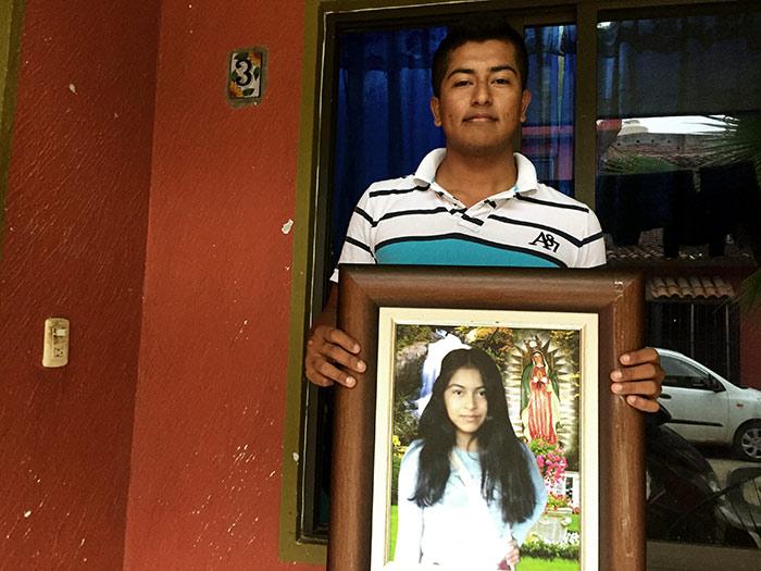 Omar carga el retrato de su hermana Érika, a quien identificó en la morgue de Tejupilco, Estado de México. Foto: SinEmbargo Humberto Padgett