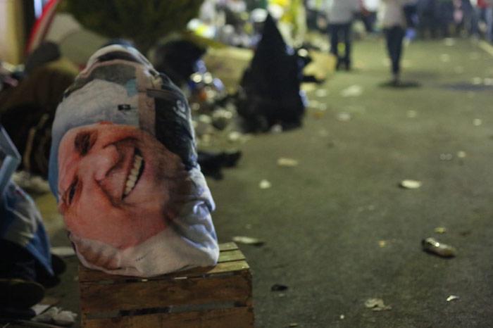 Un hombre duerme, cubierto con una manta con la imagen del Papa Francisco. Foto: Francisco Cañedo, SinEmbargo