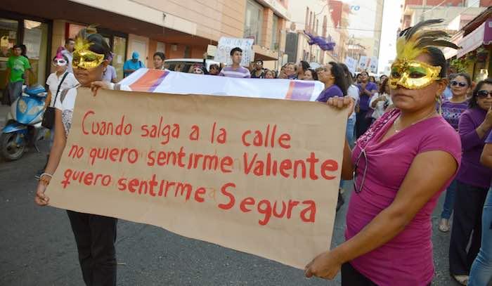 """En la imagen, se aprecia a los manifestantes con un cartel en el que se lee """"Cuando salga a la calle no quiero sentirme valiente quiero sentirme segura"""". Foto: Cuartoscuro."""