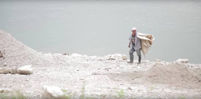 Esos días en el Arroyo Sal no sólo me dieron la lección de no usar pantalones cortos junto a un río, más importante, conocí a quienes frenaron un megaproyecto con el simple y poderoso mensaje de que el agua no se vende, porque es la vida misma. Imagen: Captura de pantalla del video La lucha por el Arroyo Sal, en Oaxaca. En defensa del agua y el territorio.