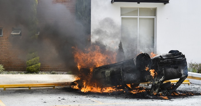 Un vehículo fue incendiado en la colonia los Héroes Chalco, al intentar linchar a tres hombres que asaltaban el lugar. Foto: Cuartoscuro