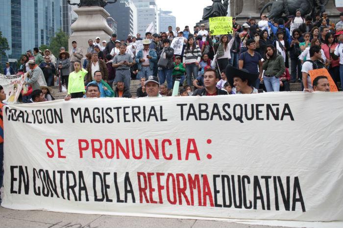 Maestros de distintas entidades llegaron de la capital del país para apoyar la marcha de la CNTE. Foto: Francisco Cañedo, SinEmbargo