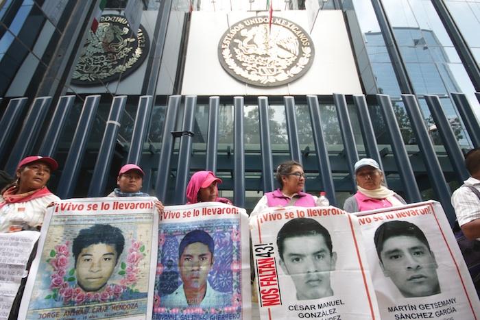 Familiares de los normalistas desaparecidos afuera de la PGR. Foto: Francisco Cañedo, SinEmbargo