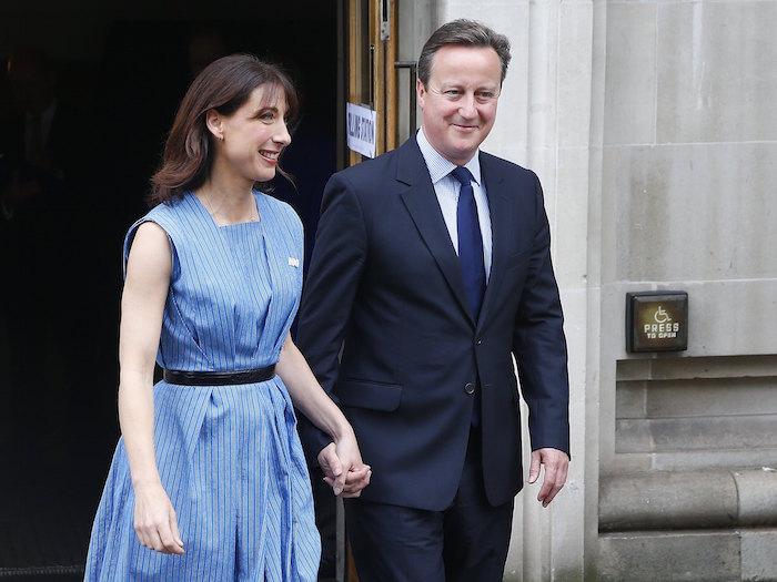 El Primer Ministro británico David Cameron y su esposa, Samantha, sonríen a la salida de un centro de votación en Londres, durante el histórico referéndum. Foto: AP