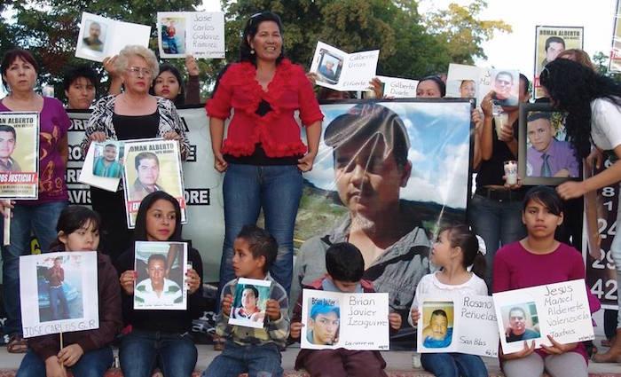 Mirna Medina delante de la fotografía de su hijo Roberto. Foto: Especial
