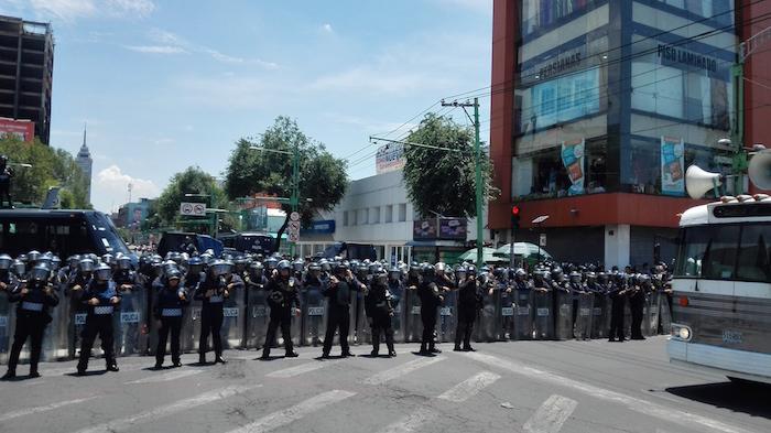 Diversos vialidades de acceso al Zócalo capitalino fueron cerradas por granaderos de la Ciudad de México, por lo que las movilizaciones de la CNTE han tenido que dirigirse al Hemiciclo a Juárez. Foto: Luis Barrón, SinEmbargo