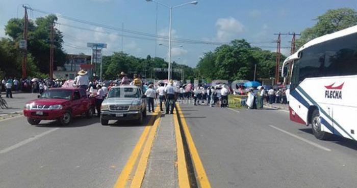 Maestros y familiares de desaparecidos bloquean autopista en San Luis Potosí ante la visita de Peña Nieto. Foto: Pulso.