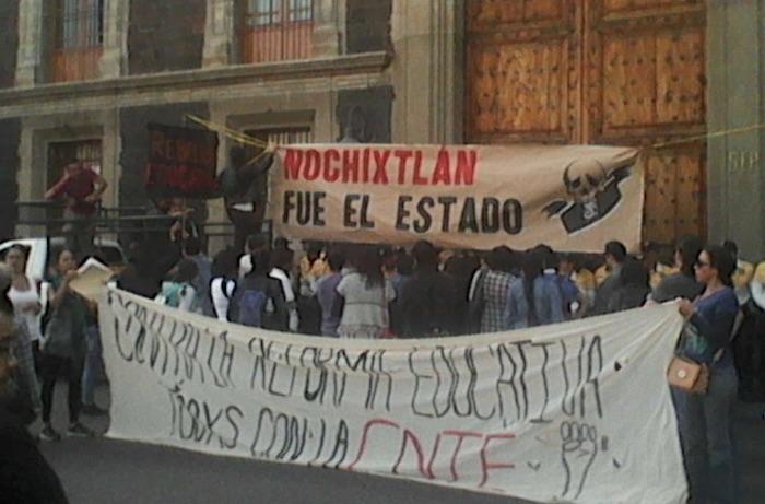 Universitarios realizaron una clausura simbólica a las instlaciones de la SEP. Foto: Twitter @radioamlo