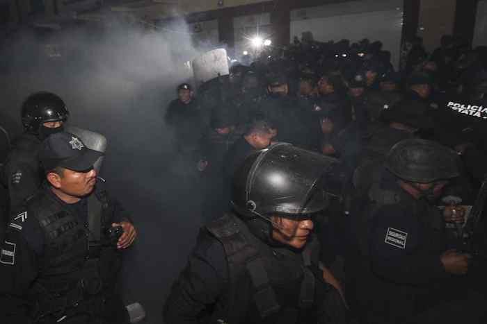Hasta el momento se registran dos policías heridos en el enfrentamiento. Foto: Cuartoscuro.