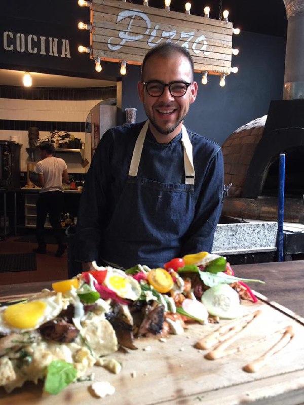 Aquí el chef con una de sus creaciones poéticas. Fotos: Chef Hugo Ahumada