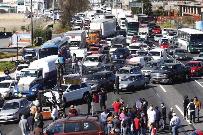 Por más de cinco horas permaneció bloqueada la carretera Toluca-México. Foto: Cuartoscuro