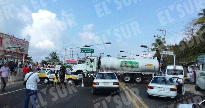 En Acapulco, choferes de taxis colectivos de la ruta Jardín-Centro bloquean de manera intermitente con una pipa de Pemex la carretera que comunica el centro de la ciudad con la zona turística de Pie de la Cuesta y la Costa Grande para mostrar su rechazo al gasolinazo. Foto: El Sur