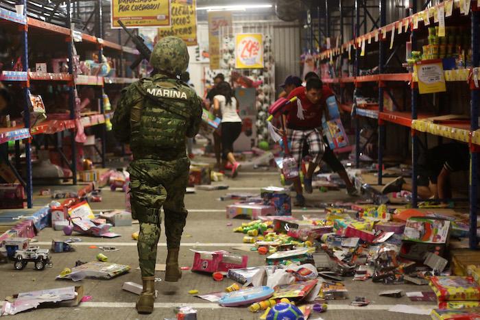 Una turba de aproximadamente 200 personas irrumpieron en centros comerciales de la zona conurbada de Veracruz el 4 de enero. Foto: Cuartoscuro