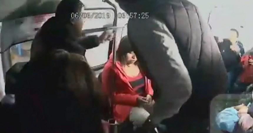 asalto herido tecamac - Dos hombres asaltan con arma a pasajeros de una combi en el Edomex; VIDEO registra la agresión