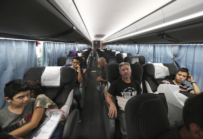 """ap19206184385190 - """"Nos han dejado aquí tirados"""", dicen migrantes devueltos de EU y abandonados en Monterrey"""
