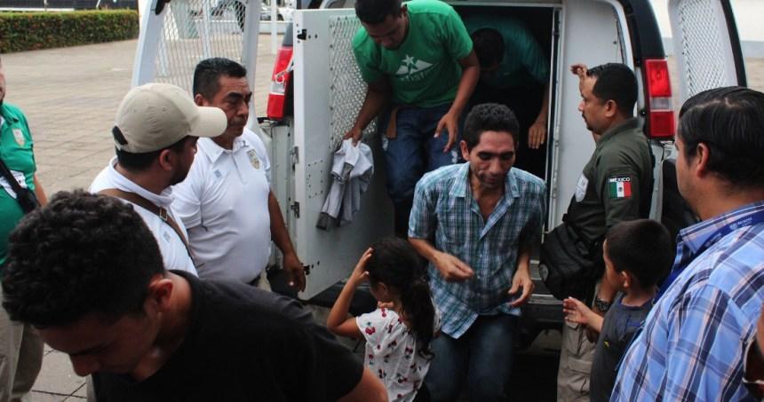 """migrantes detenidos - """"Nos han dejado aquí tirados"""", dicen migrantes devueltos de EU y abandonados en Monterrey"""