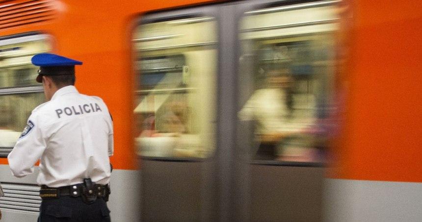 """photo5132064539934828605 - FUERTE VIDEO: """"¿Ninguno hace nada? ¡Un hombre me está pegando!"""", reclama mujer en Metro de CdMx"""