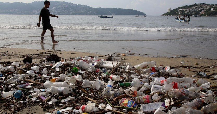 basura playas 2 - Estudiantes de la UNAM fundan empresa para reciclar los desperdicios de unicel en México