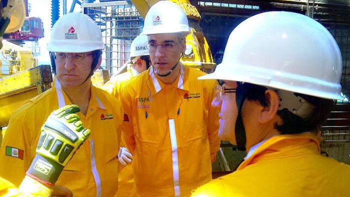 Feijóo y su consejero de Industria, en 2014 en una plataforma petrolífera de Pemex con otro de los directivos ahora investigados tras reunirse con Lozoya. Foto: Xunta