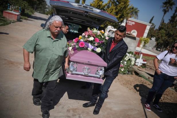 El ataúd de la mujer asesinada Marbella Valdez es cargado por varios hombres y su ex novio, Jairo Solano, a la derecha, desde el coche fúnebre a la tumba en Tijuana, México, el viernes 14 de febrero de 2020. Foto: Emilio Espejel, AP