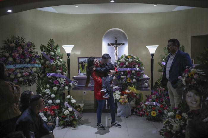 Brenda Valdez sostiene a su hijo tras decir unas palabras en el funeral de su hermana Marbella en una funeraria de Tijuana, México, el viernes 14 de febrero de 2020. Foto: Emilio Espejel, AP