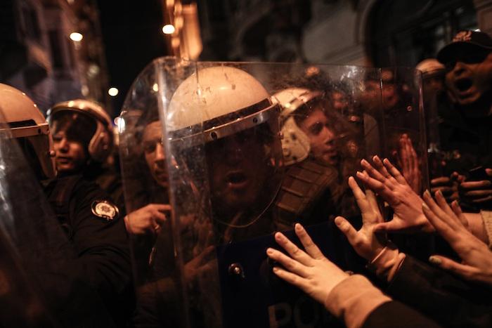 be89fd0b919e67a1b20e36350c8c25bccdff9a09 - Policía lanza gas lacrimógeno y carga contra mujeres que participan en marcha del 8M en Turquía - #Noticias