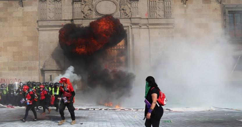 marcha 8m - Fiscalía investiga a responsable de bomba molotov durante marcha contra la violencia de género - #Noticias
