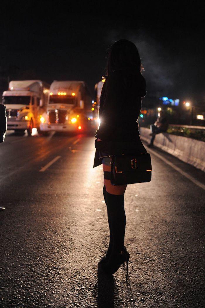 Aproximadamente 50 sexoservidores y servidoras bloquearon en febrero la Calzada de Tlalpan a la altura de la calle Independencia en la colonia Del Lago alcaldía de Benito Juárez, luego de que una compañera de estas fue detenida al denunciarla un cliente de robo. Foto: Luis Carbayo, Cuartoscuro