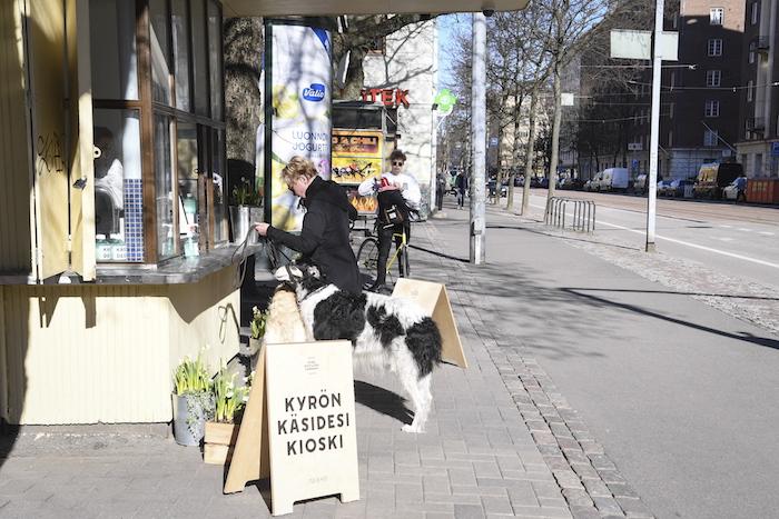 Personas caminan por las calles de Finlandia.