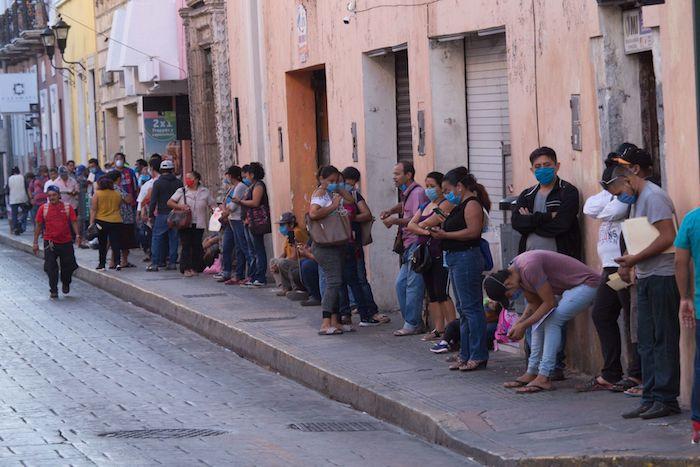 Cientos de personas se forman desde tempranas horas en oficinas de Gobierno para tramitar el seguro de desempleo que le brindará un apoyo económico de 2 mil 500 pesos en Yucatán.