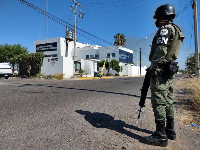 """Elementos de la Guardia Nacional y de la Secretaria de Seguridad Pública de Sinaloa resguardan las instalaciones del Servicio Médico Forense, en donde se encontraban los restos de """"El Chino Ántrax""""."""