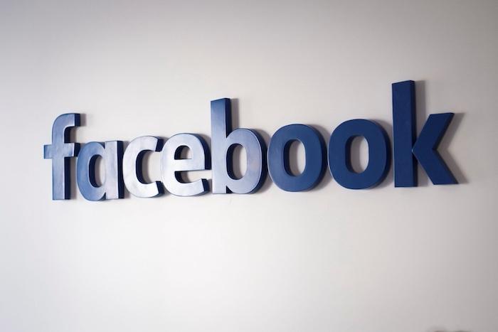 Imagen con el nombre de la red social Facebook.