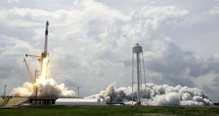 El cohete Falcon 9 de la empresa SpaceX despega rumbo a la Estación Espacial Internacional con los astronautas de la NASA Doug Hurley y Bob Behnken, desde el Centro Espacial Kennedy, en Florida, el 30 de mayo de 2020.