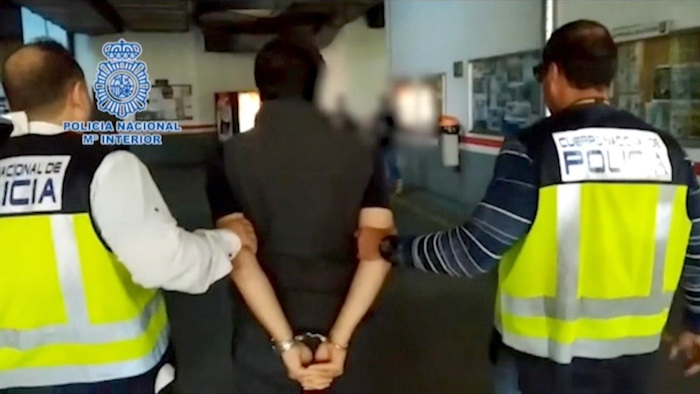 Fotografía facilitada por el Ministerio del Interior de Emilio Lozoya (c), exdirector de la estatal Petróleos Mexicanos (Pemex), tras ser detenido este miércoles en Málaga tras llevar meses prófugo de la justicia y contar con una orden de captura internacional en su contra.