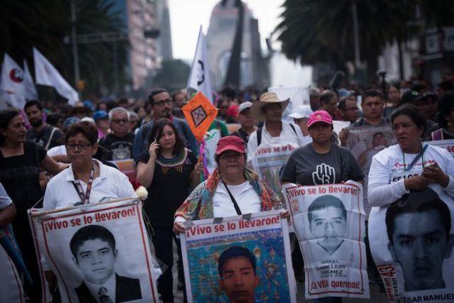 Padres de los jóvenes desaparecidos caminan al Zócalo en la marcha conmemorativa de la desaparición y comienzo de la búsqueda de los 43 estudiantes normalistas en Ayotzinapa.