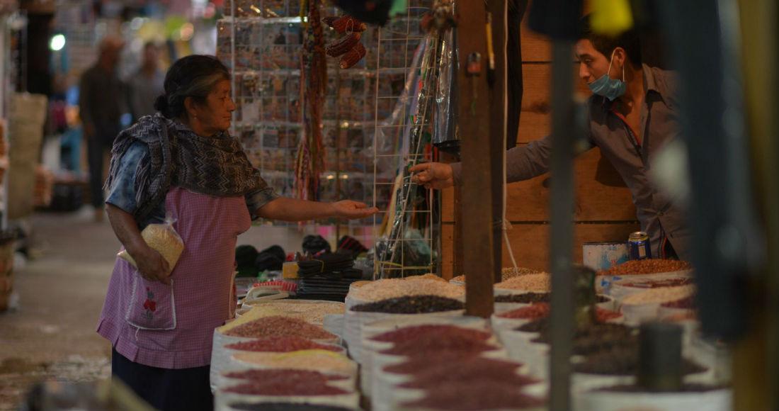 Cientos de mujeres pasan los días intentando vender botanas o artesanías a los turistas en la calles de Chiapas.