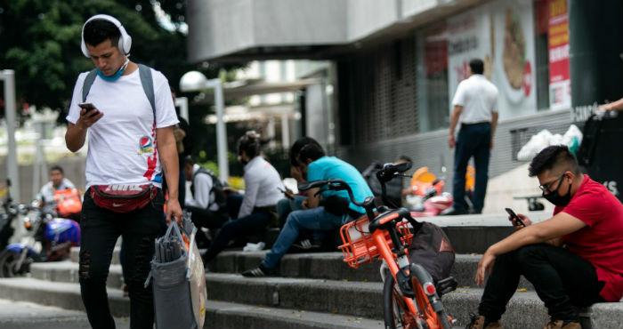 Capitalinos utilizan sus celulares en diferentes puntos de la ciudad durante la Emergencia Sanitaria por COVID-19.