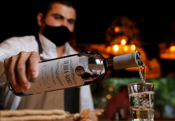 barman-sirve-tequila
