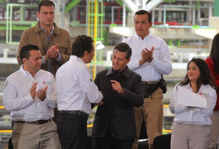 El extitular de Pemex Emilio Lozoya le da la mano al expresidente Enrique Peña Nieto.