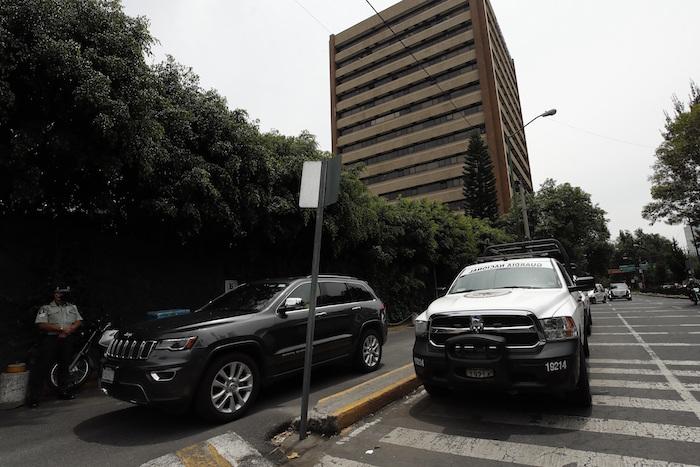 Dos camionetas de la Guardia Nacional vigilan las entradas del Hospital Ángeles del Pedregal, donde permanece Emilio Lozoya.