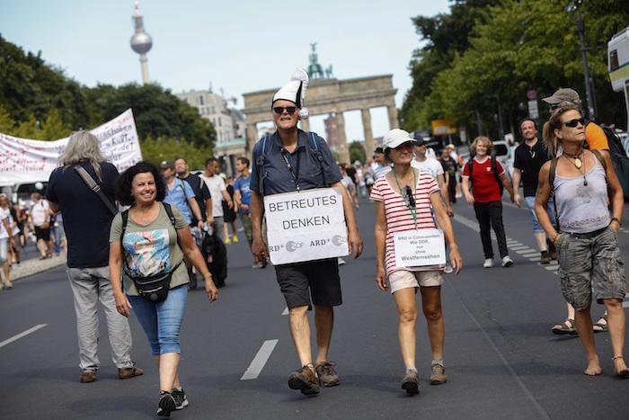 """alemania 2 - Miles de alemanes exigen fin a restricciones por COVID-19; llaman a celebrar """"el fin de la pandemia"""""""