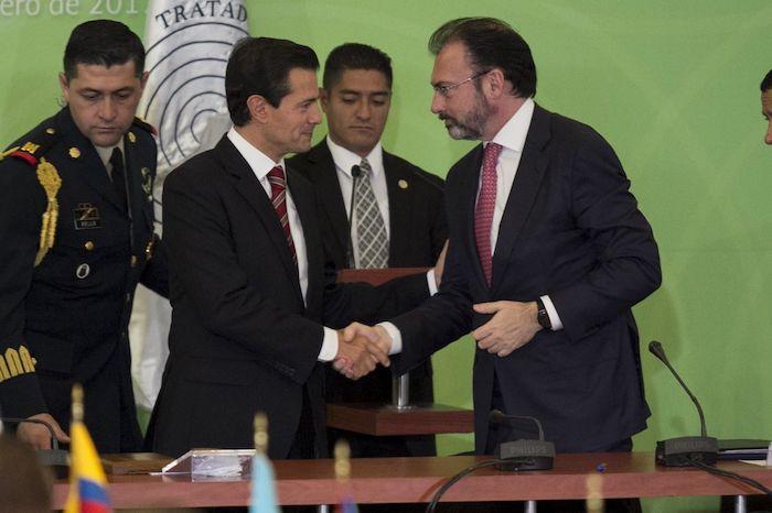 En 2017, Enrique Peña Nieto, entonces Presidente de la República, y Luis Videgaray Caso, exsecretario de Relaciones Exteriores, durante el 50 aniversario de la firma del Tratado de Tlatelolco, acuerdo internacional que establece la desnuclearización del territorio de América Latina y el Caribe.