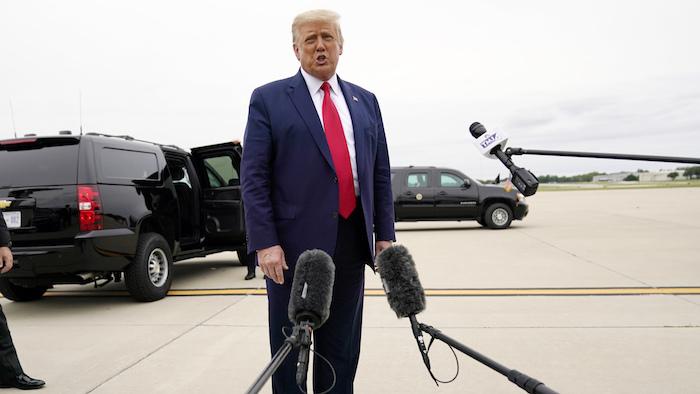 El Presidente Donald Trump habla a la prensa en el Aeropuerto Nacional Waukegan, camino de Kenosha, Wisconsin, martes 1 de septiembre de 2020.